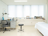 診察室  清潔で明るい診察室です
